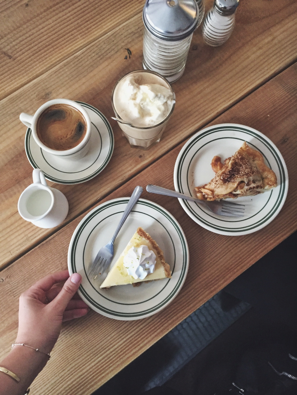 If you prefer to eat breakfast at home, you should at least treat yourself to a good cup of coffee and indulge in a nice piece of cake. (Photo: Caroline Sølver.)