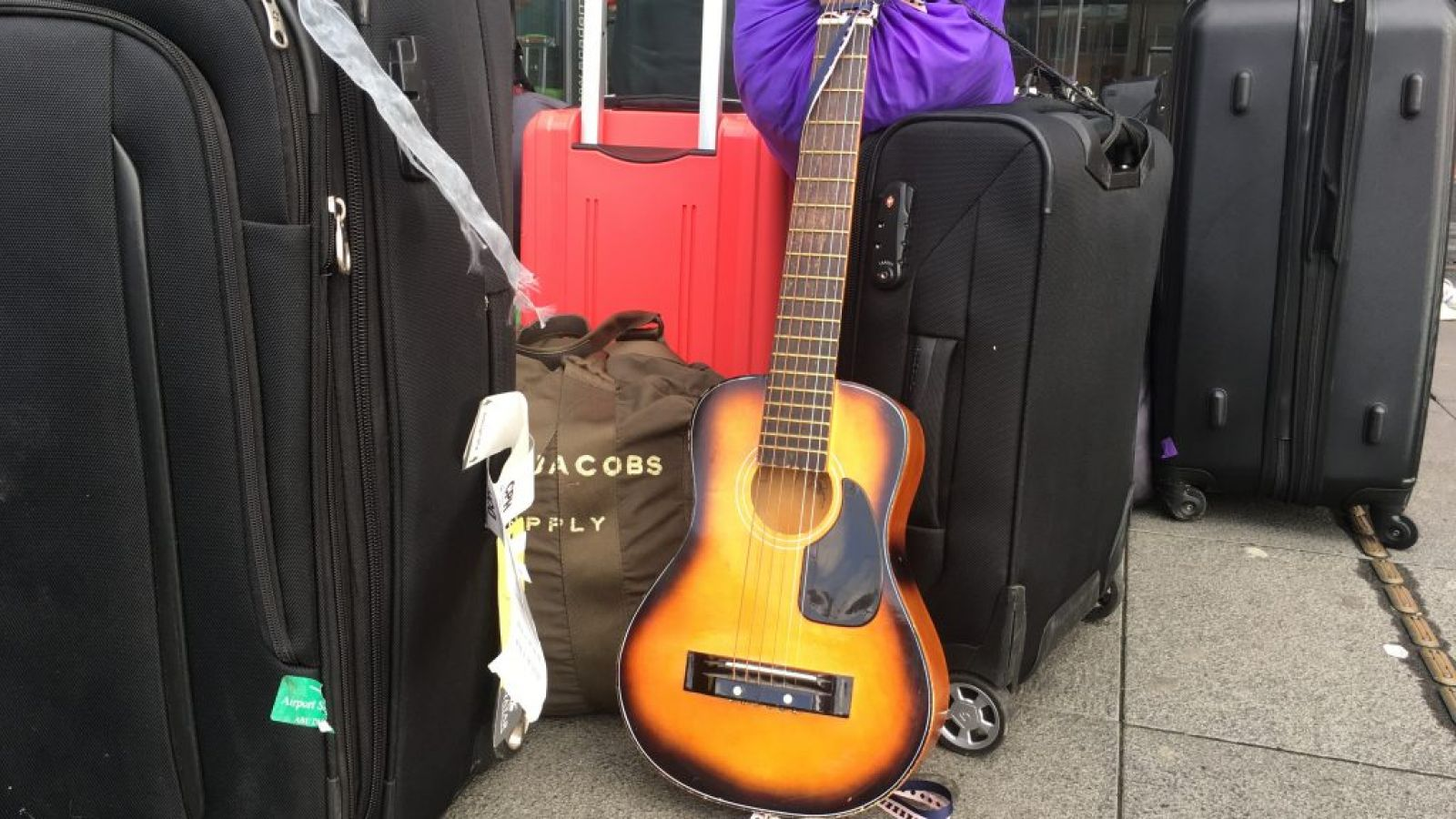 Guitar og kufferter uden for CBS